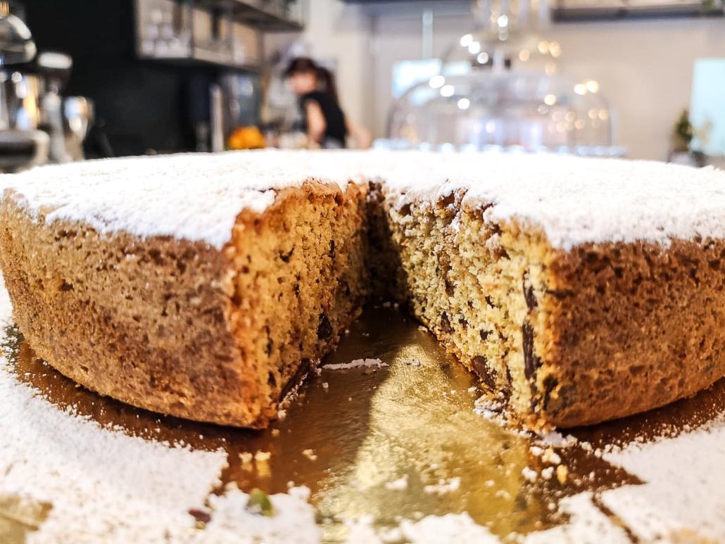 Torta con pan di spagna, amaretti e cioccolato da Room 49 Bistrot a Quartu Sant'Elena